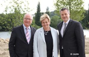 de gauche à droite : M. Tautou, Président de la Communauté d'Agglomération 2 Rives de Seine, Mme Kollmannsberger, Vice-Présidente du Conseil Départemental des Yvelines, M. Delrieu, Maire de Carrières-sous-Poissy, sur la grève alluviale.